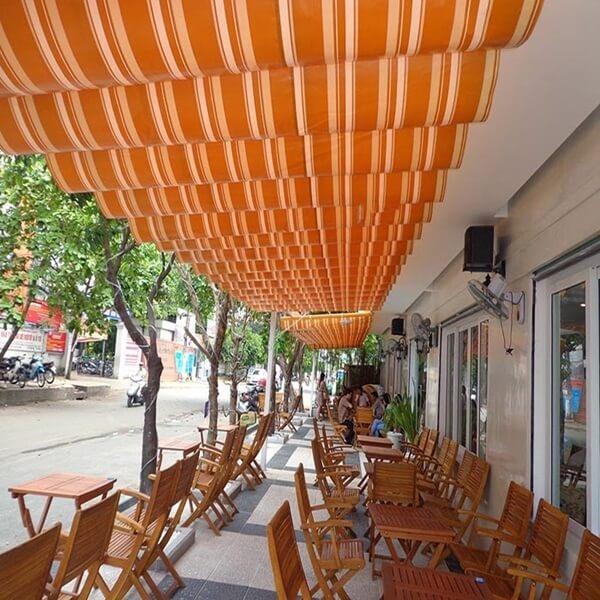 Mái xếp lượn sóng quán cafe đường phố với màu sắc nổi bật